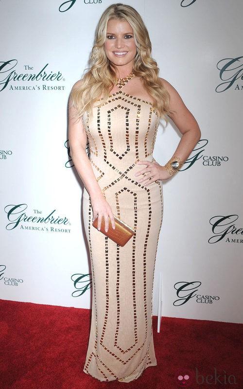 Jessica Simpson con un vestido sirena en nude