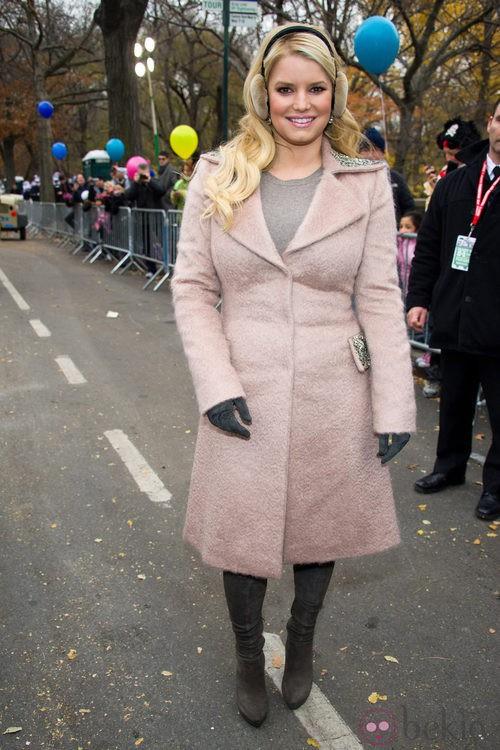 Jessica Simpson con un abrigo pequeño para ella
