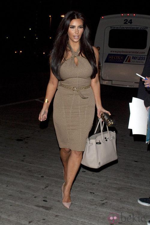 Kim Kardashian con un modelo en tonos camel