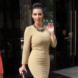 Kim Kardashian con un modelo muy ajustado en beige