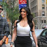 Kim Kardashian de blanco y negro