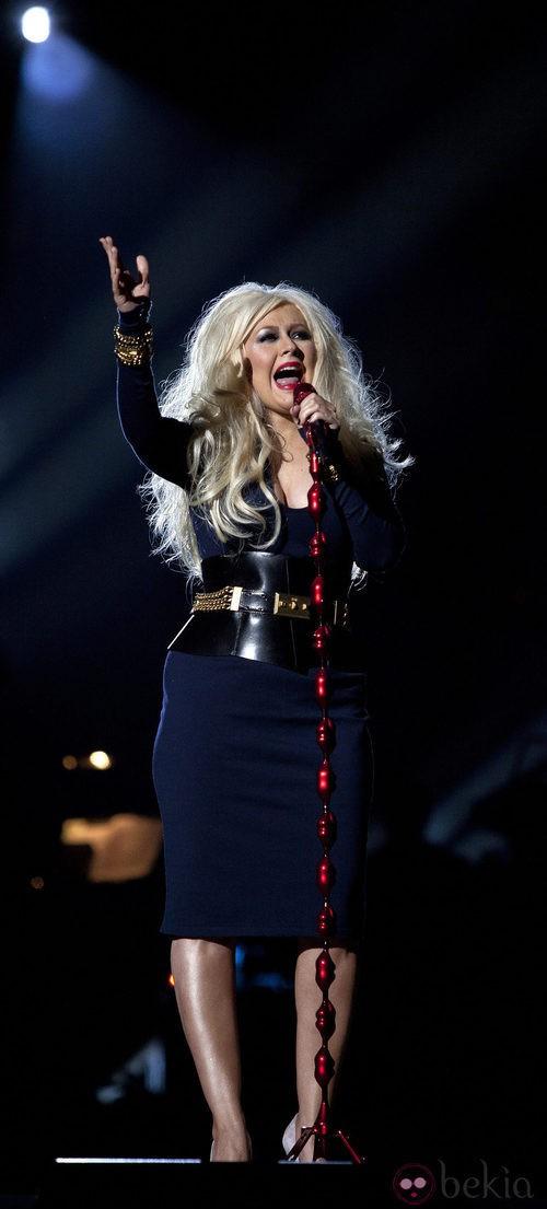 Christina Aguilera con una falda tubo muy ceñida