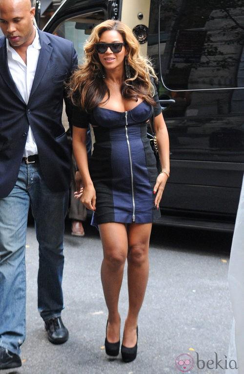 Beyoncé con un minivestido azul y negro