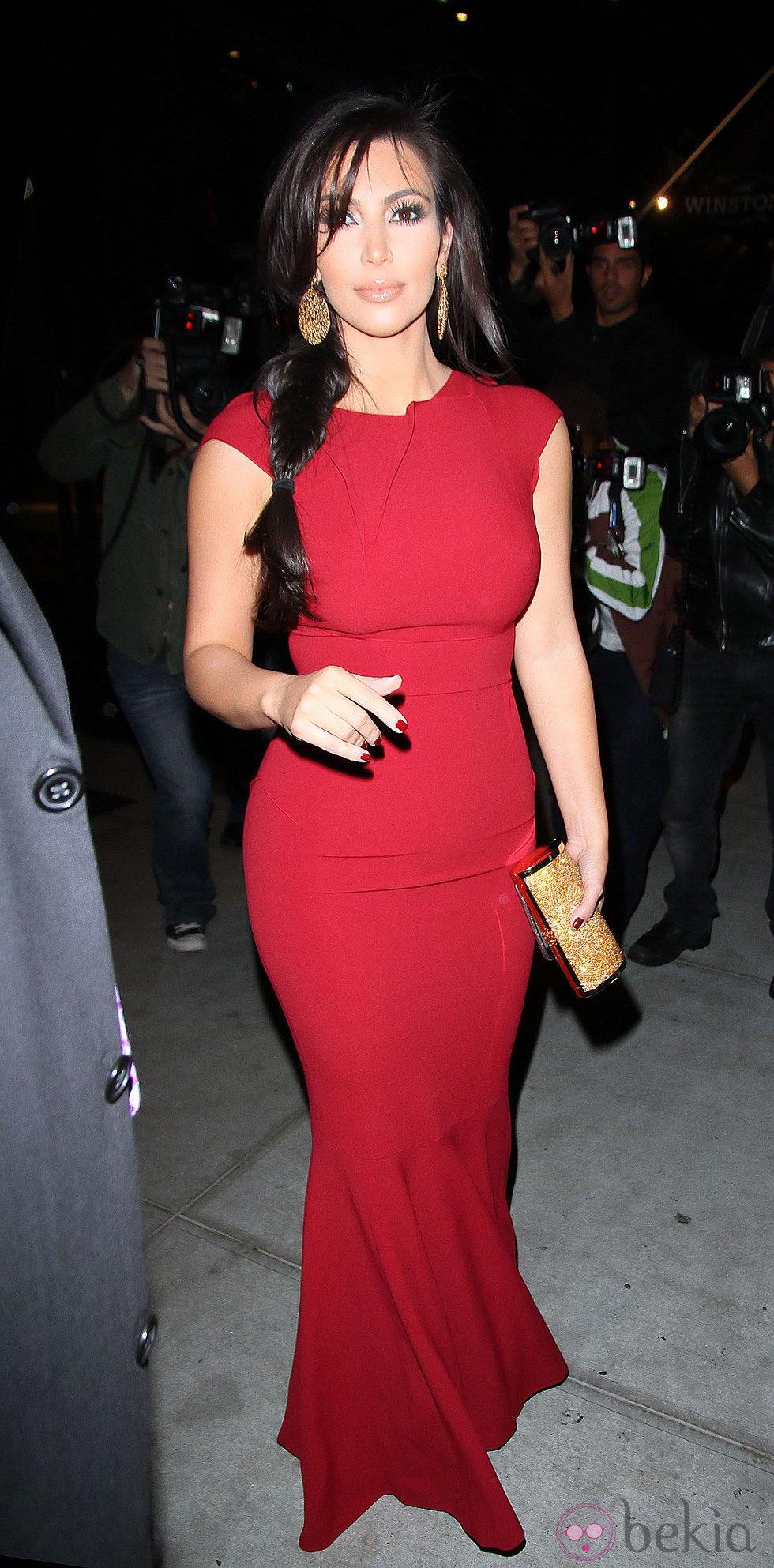 Kim Kardashian, de rojo, con un look muy ceñido