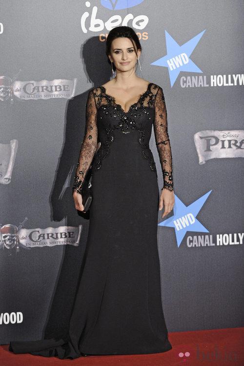 Penélope Cruz con un vestido de encaje negro de Armani