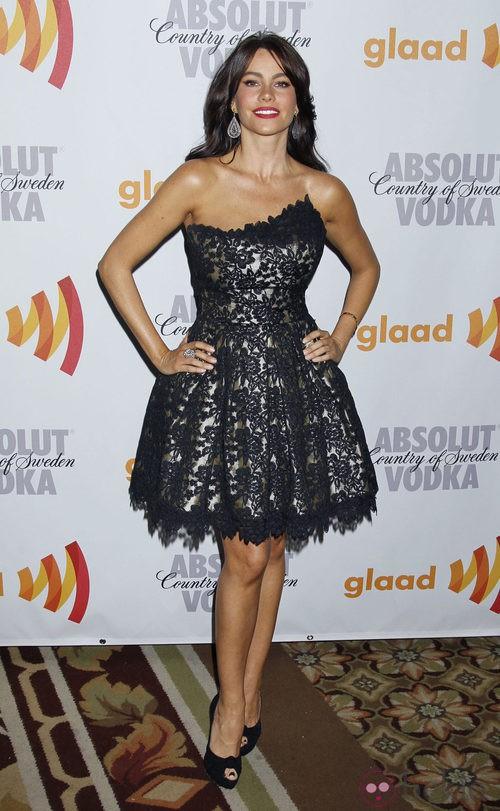 Sofía Vergara, vestido de encaje negro asimétrico y con volantes