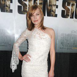 Milla Jovovich con un vestido de encaje blanco asimétrico