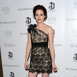 Kristen Stewart con un 'little black dress' de encaje asimétrico