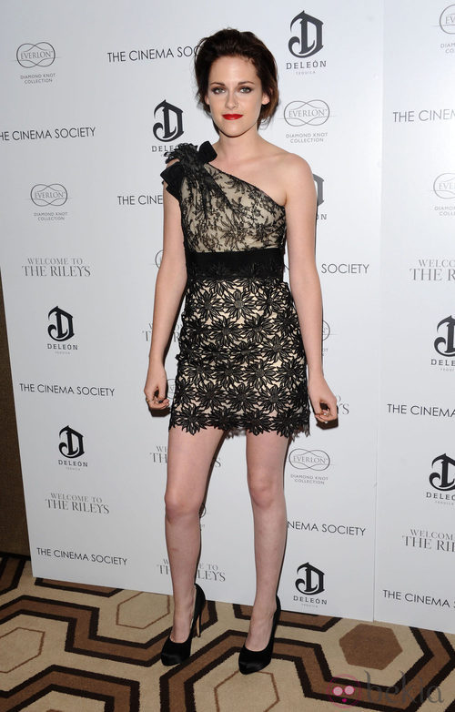 Kristen Stewart con un 'little black dress' de encaje asimétrico