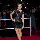 Emma Watson con un vestido de encaje negro y plumas de Rafael López