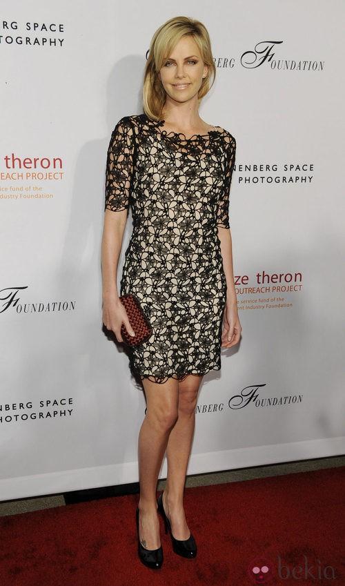 Charlize Theron con un vestido de encaje negro de Christian Dior