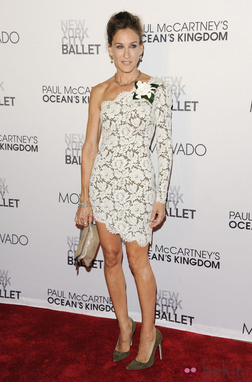 Sarah Jessica Parker con vestido de encaje blanco de Stella McCartney