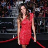 Ashley Tisdale con un vestido de encaje rojo asimétrico