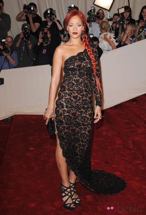 Rihanna con un vestido largo de encaje negro