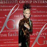 Daphne Guiness con un vestido de terciopelo con detalles dorados