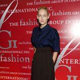 Leelee Sobieski con falda negra y camisa azul