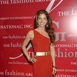 Dylan Lauren con un vestido rojo y cinturón dorado