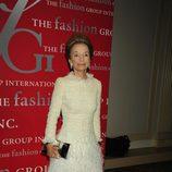 Lee Radziwill con un vestido beige con falda de plumas