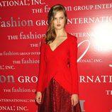 Lindsey Wixson de rojo con incrustaciones joya