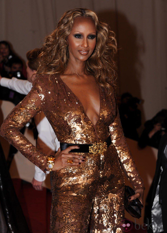 Iman impresionante con un jumpsuit dorado