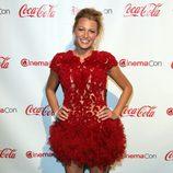 Blake Lively con un vestido de encaje y plumas granate