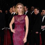 Scarlett Johansson con un vestido de encaje largo en color berenjena