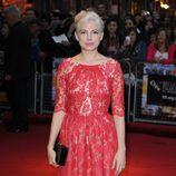 Michelle Williams con un vestido de encaje rojo corte pink lady