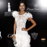 Camilla Belle con un vestido de encaje y plumas blanco