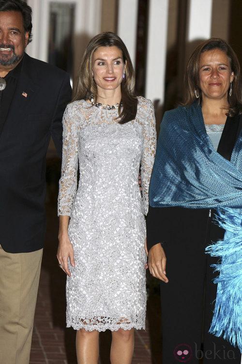 La princesa Letizia con un vestido de encaje gris