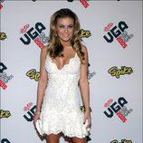 Carmen Electra con un vestido de encaje blanco