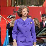 Look de la reina Sofía con vestido lady de color morado y detalles en relieve del mismo color