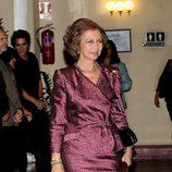 Look de la reina Sofía con vestido lady de color berenjena y brocados en relieve del mismo color