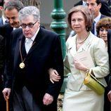 Look de la reina Sofía con vestido lady de color verde pastel que acompaña con bolso y zapatos en un verde más intenso