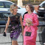 Look de la reina Sofía con vestido lady de color fucsia y brocados en relieve del mismo color