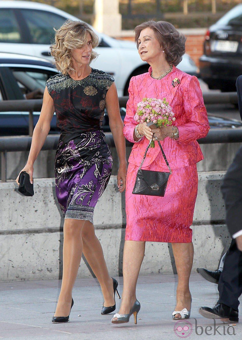 Look de la reina Sofía con vestido lady de color fucsia y brocados ...