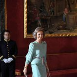 Look de la reina Sofía con vestido de gala largo en color turquesa con brocados en la parte baja de la falda y cinturón trenzado en colores malva