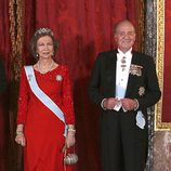 Look de la reina Sofía con vestido de gala largo en color rojo con volantes en la parte inferior y detalles glitter en la parte superior