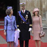 Look de la reina Sofía con vestido de gala corto de textura satinada en color malva con detalles florales en los botones