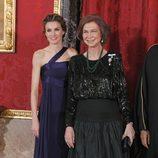 Look de la reina Sofía con vestido de gala largo compuesto por falda en verde dark y fajín y parte superior negra glitter