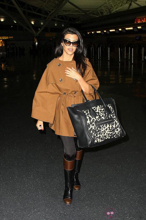 Kourtney Kardashian con un maxibolso