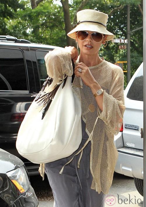 Catherine Zeta Jones con maxibolso