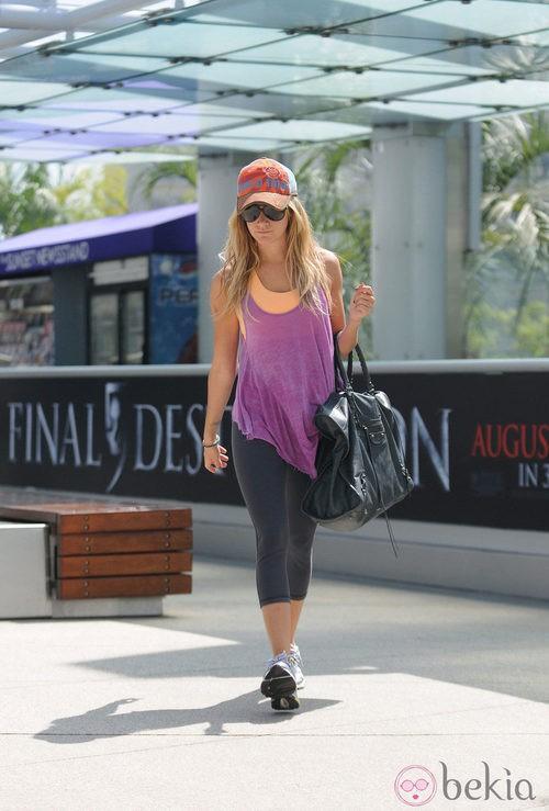 Ashley Tisdale con maxibolso negro y look sporty