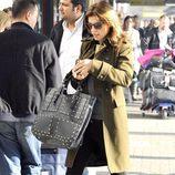Elisabetta Canalis con un bolso XXL