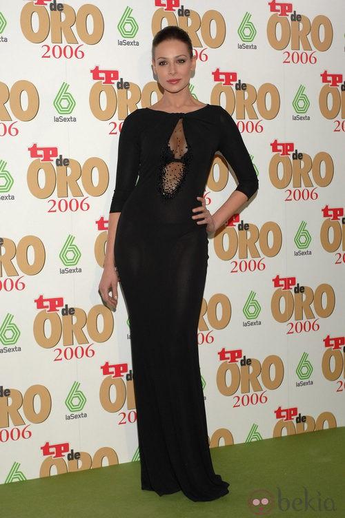 Eva González con un vestido de noche negro con mangas