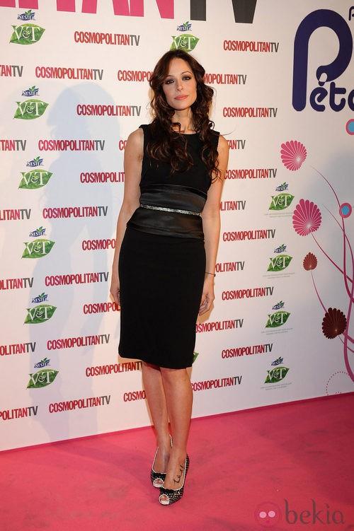 Eva González con un vestido recto negro