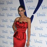 Eva Gonález con un vestido corto rojo