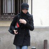 Eva González muy abrigada con abrigo de paño