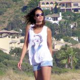 Eva González, en la playa, de blanco