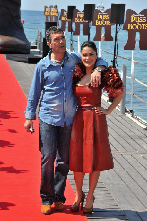 Salma Hayek en la presentación de 'El gato con botas' en Cannes con total look de Gucci en rojo
