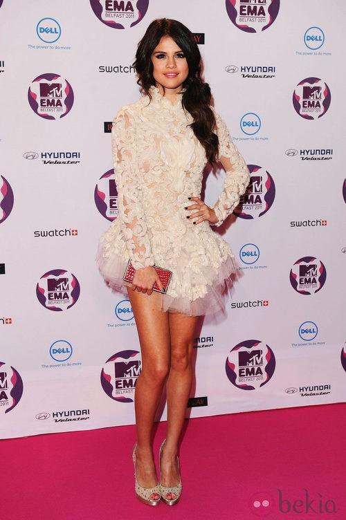 Look Selena Gomez en los MTV EMA 2011 con un vestido beig